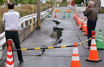 苅田町で道路陥没 長さ20メートル、幅2メートル