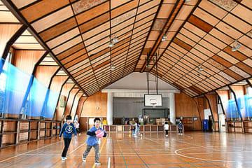 解体されることになった旧柴橋中体育館。27日に住民らが別れを惜しむ催しを開く=寒河江市