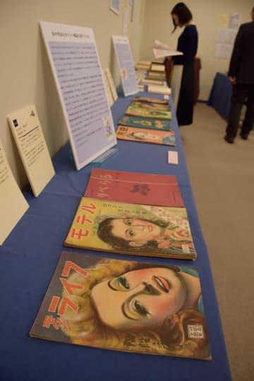 戦後に登場した「カストリ雑誌」などが並ぶ「時代にゆれた表現の自由」展=川崎市多摩区の専修大図書館研修室