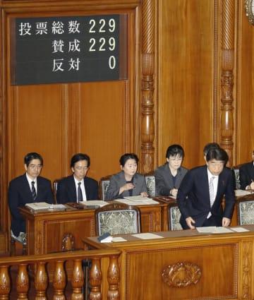 参院本会議で強制不妊救済法が全会一致で可決、成立し、一礼する根本厚労相(右)=24日午前