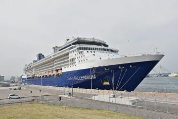 青森港に寄港する大型クルーズ船の本年度第1便として入港した「セレブリティ・ミレニアム」=24日午前9時20分