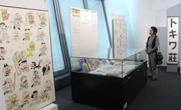 赤塚不二夫さんのイラストなど貴重な作品が並ぶ企画展=23日、新潟市中央区