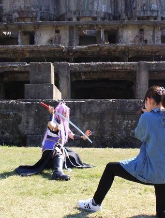 キャラクターの衣装で写真を撮影する参加者=佐渡市