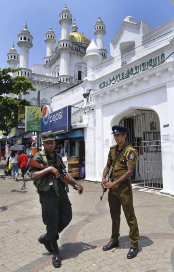 スリランカ・コロンボのモスクで警戒する治安部隊の隊員=24日(共同)