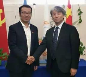 覚書に調印し握手を交わす日中デジタルビジネス協会の森保治理事と中国国連購買促進会の王栩男常務副会長(左)