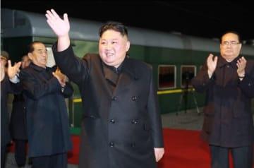 ロシアに向けて特別列車で出発する北朝鮮の金正恩委員長。北朝鮮のどこを出発したのかは明らかにされていない(写真は労働新聞から)