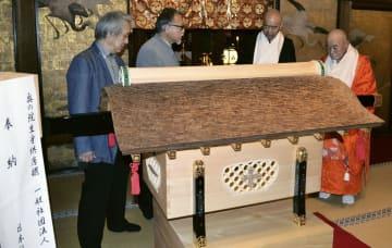 高野山真言宗総本山金剛峯寺に奉納された木箱「唐櫃」=24日、和歌山県高野町