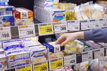 スーパーの店頭に並ぶカマンベールチーズなど