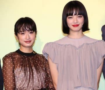 映画「さよならくちびる」の完成披露イベントに登場した小松菜奈さんと門脇麦さん