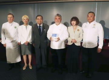 ノートルダム寺院修復の募金を呼び掛けた三国清三さん(右から3人目)ら=24日午後、東京・内幸町の日本記者クラブ