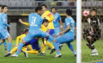 仙台―鳥栖 後半、ヘディングで同点ゴールを決める仙台・長沢(中央手前から2人目)=ユアスタ