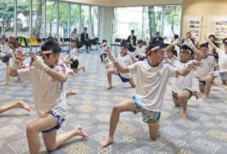 在東京タイ大使館でワイクルーを披露する5〜18歳のユース選手たち