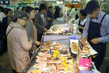 北海道の特産品が並び、買い物客でにぎわう会場=岡山高島屋