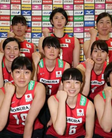 記者会見でポーズをとる宮下遥(中央)ら女子日本代表=味の素ナショナルトレーニングセンター