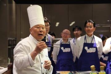 日本食材を使い、健康を意識した中華料理のメニューを提案する尹達剛氏(左)=23日、佐敦(NNA撮影)