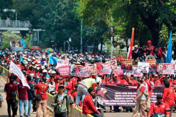 昨年のメーデーには大統領宮殿前に約4万人規模の組合員が集結、国軍など1万8,000人が警備に当たった=2018年5月1日、ジャカルタ(NNA撮影)