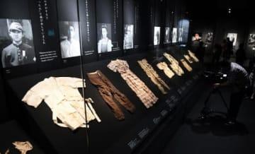 犠牲者の遺品など実物資料を中心に被爆の実態を伝える本館の展示(撮影・田中慎二)