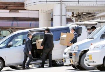介護老人福祉施設を家宅捜索し、押収資料を運び出す県警捜査員=4月20日午後0時25分ごろ、福井県大野市