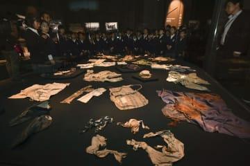 再オープンした原爆資料館本館の展示を見る地元の小学生ら=25日午前、広島市