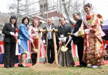 ソメイヨシノを植樹するマラゾーグ駐日大使(中央)と鈴木実行委員長(中央右)ら