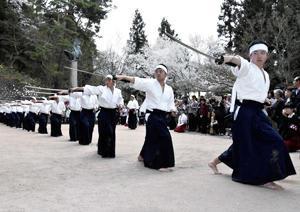 白虎隊士しのぶ、会津高生が剣舞奉納 飯盛山で墓前春季祭典