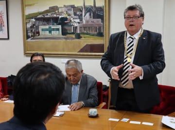 歓迎への謝意を伝えるバウアー副市長(右)=長崎市役所