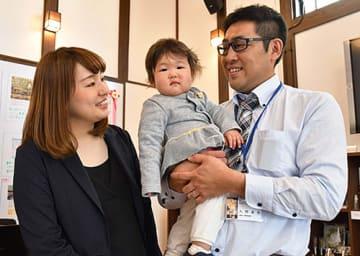 地域おこし協力隊として着任した大野達也さん、あかねさん夫婦。娘の映茉ちゃんと3人で移住した=大石田町