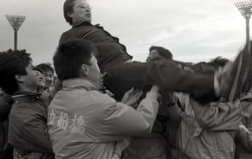 第37回全国高校駅伝大会で初優勝し、選手に胴上げされる小出義雄さん=1986年12月21日、京都府の西京極陸上競技場(船橋市提供)
