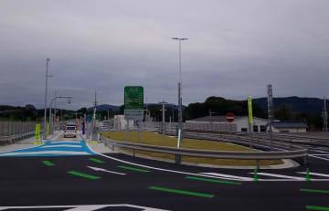 昨年3月に開通した木場スマートインターチェンジ。多くの救急車が患者搬送に活用する=大村市(県提供)