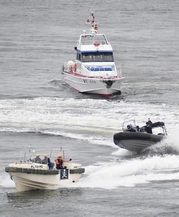 テロリストが乗ったボート(手前)を追う海保特別警備隊(中央)と大阪府警の警備艇(上)=24日、大阪市住之江区