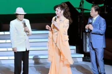 「ありがとう浜村淳です45周年」記念パーティーのステージに駆けつけた八代(中央)と西川(右)。左は浜村