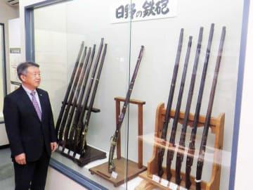 初公開された日野鉄砲と所蔵者の奥田さん(長浜市国友町・国友鉄砲の里資料館)