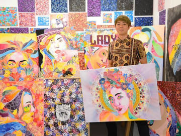 「社交街の女性を昇華させたい」 町田隼人さん個展 宜野湾PIN-UPで28日まで開催