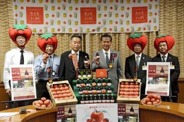 八代特産のはちべえトマトを使ったノンアルコールカクテルをPRするJAやつしろの田島幹雄組合長(左から3人目)ら=八代市