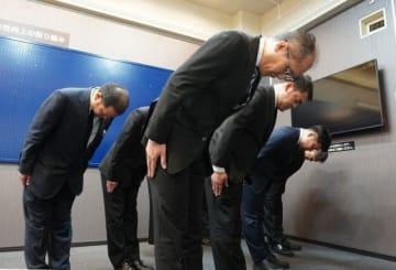 事故現場の方角を向いて、黙とうするJR西日本岡山支社の社員