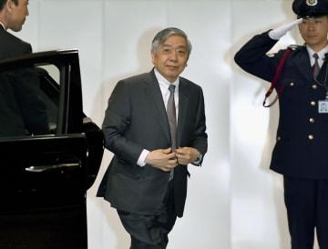 金融政策決定会合に出席するため、日銀本店に入る黒田総裁=25日午前