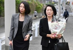 手向けの花を携えて追悼慰霊式に向かう菅尾美鈴さん(右)と美和さん=25日午前7時36分、神戸市東灘区(撮影・秋山亮太)