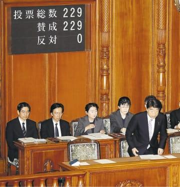 参院本会議で強制不妊救済法が全会一致で可決、成立し、一礼する根本匠厚生労働相(右)=24日午前