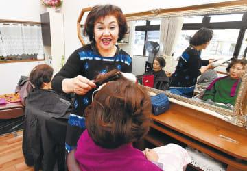 常連客の髪を整える中橋さん。「喜んでもらえるのが一番うれしい」と笑う=22日