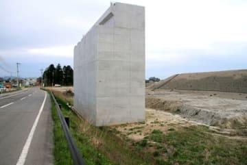 「山口野中遺跡」で埋蔵文化財が未調査だった土地に建てられた橋台=24日、阿賀野市月崎