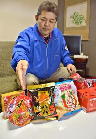 各企業とのコラボ商品を紹介する「かんずり」の東條昭人社長=妙高市