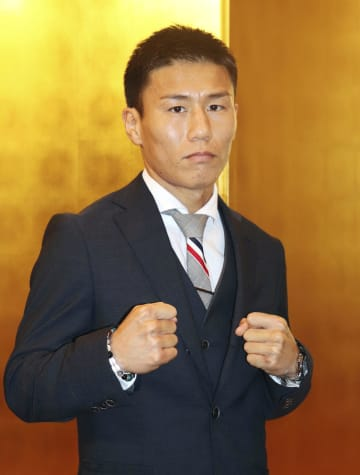 WBCミニマム級の世界戦に向けた記者会見でポーズをとる福原辰弥=25日、熊本市
