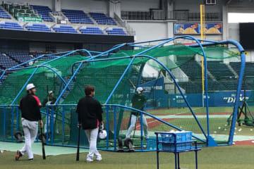 ロッテ投手陣が25日全体練習の前に打撃練習とバント練習を行った【写真:岩国誠】