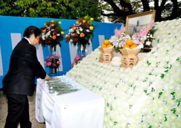 松前町の偉人・義農作兵衛の遺徳をしのび、祭壇に献花する関係者