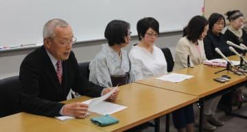 佐原氏(左から4人目)と共に知事選立候補の記者会見に出席する大竹共同代表(左)