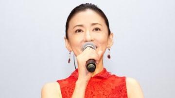 「第11回沖縄国際映画祭」で主演映画「甘いお酒でうがい」の舞台あいさつに登場した女優の松雪泰子さん