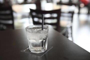 「日本の飲食店が冷たい水を出すのは不親切なのか?」=中国人ジャーナリストの投稿にネットで賛否