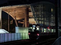 日が落ち、明かりの浮かぶ尼崎JR脱線事故の現場=25日午後7時18分、尼崎市久々知3(撮影・中西幸大)
