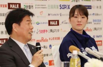 会見で河本昭義監督(左)の話に耳を傾ける山口舞=岡山市内