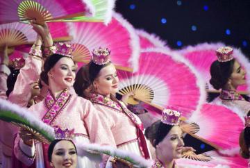 ロ朝首脳会談後の夕食会で披露された踊り=25日、ロシア・ルースキー島(ロイター=共同)